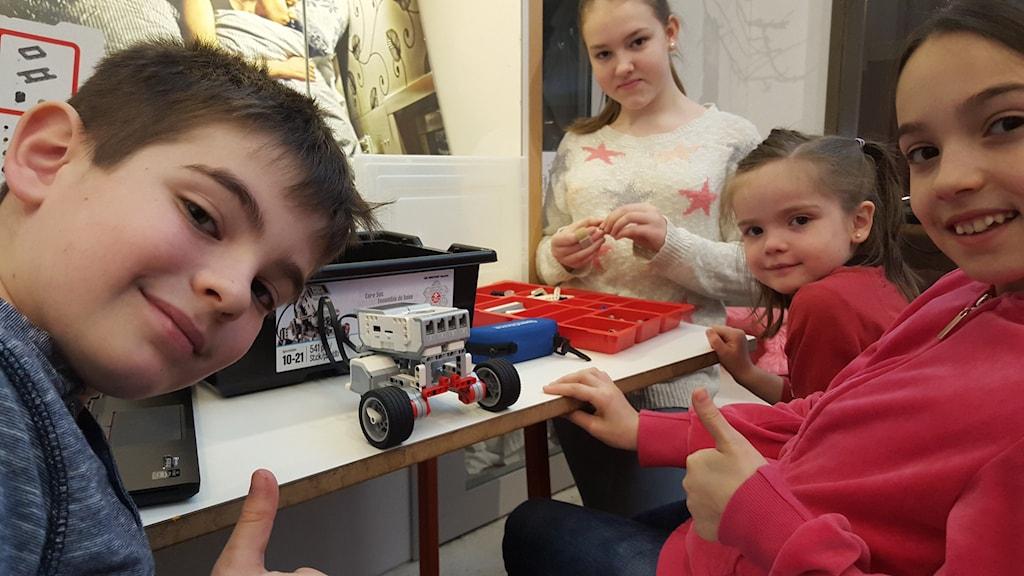 Längst fram Joel och Emelie, som bygger Lego. Foto: Mattias Persson/Sveriges Radio