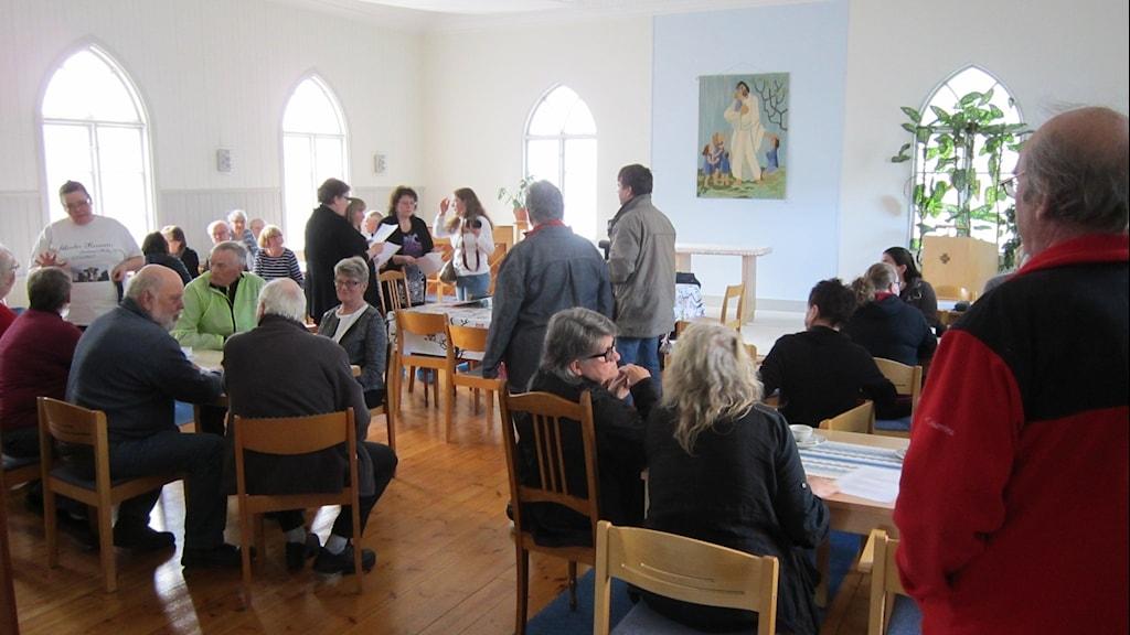 Ett 50-tal ortsbor slöt upp till mötet i Kyrkans hus i Fjärdhundra. Foto: Mårten Nilsson/Sveriges Radio.