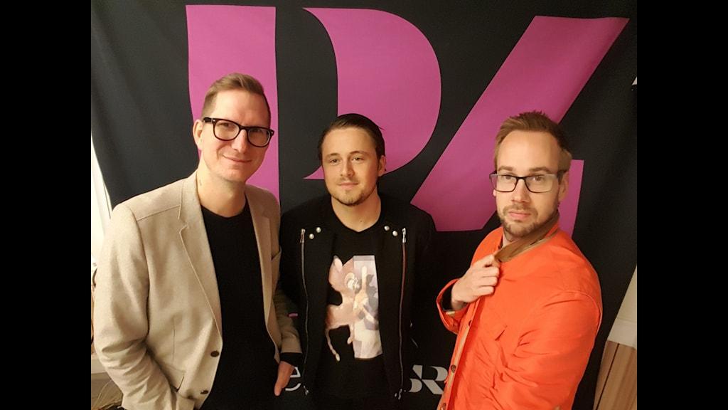 I mitten (så klart) Daniel Frank, modeexpert. Foto: Mattias Persson/Sveriges Radio