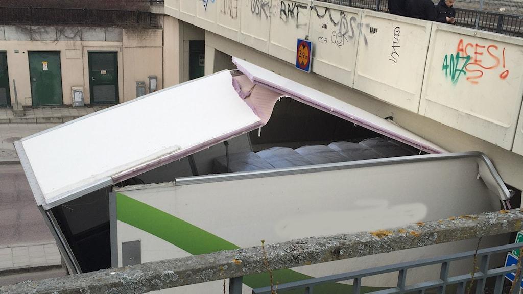 Lastbil som kört in i viadukten