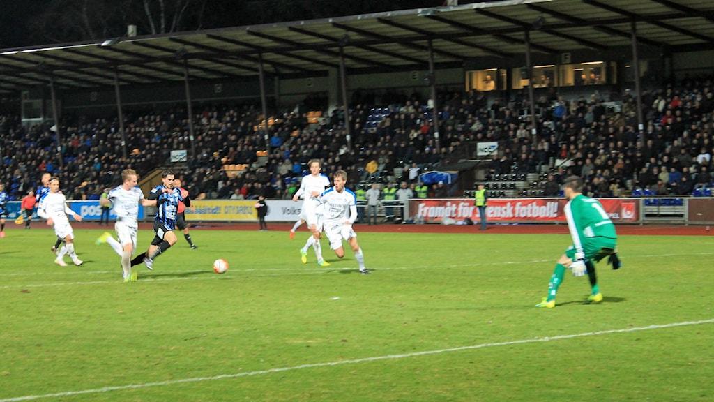 Siriusspelaren Ante Björkebaum med bollen, på väg mot mål
