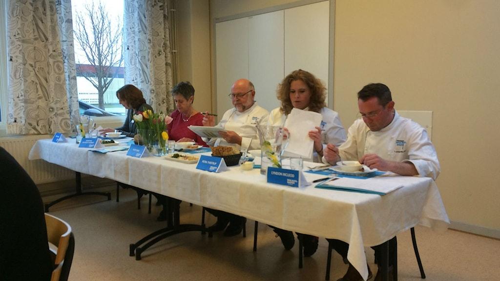 En koncentrerad jury sammanträder