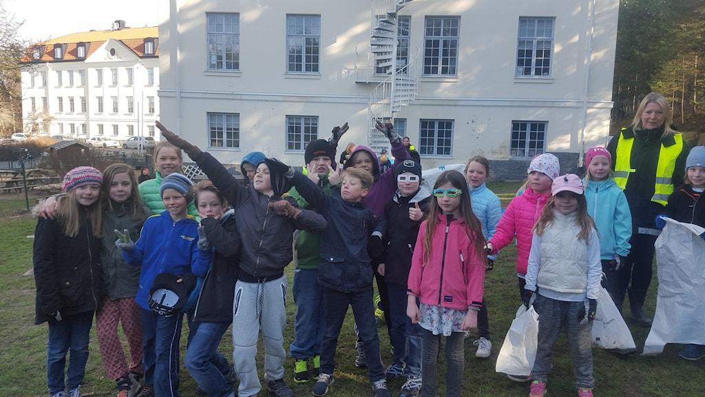 Usain Bolt-poserande barn i Knivsta. Foto: Mattias Persson/Sveriges Radio