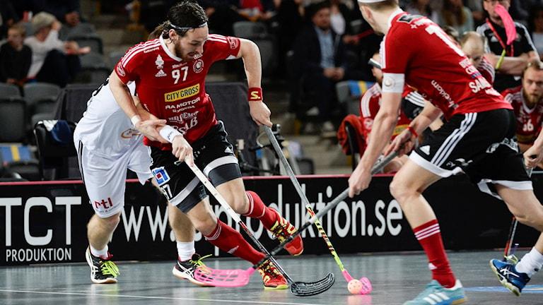 Storvretas Robin Nilsberth rundar Linköpings Matej Jendrisak, till höger lagkapten Mattias Samuelsson under lördagens innebandy SM-final mellan Storvreta IBK och Linköping IBK i Tele2 Arena.