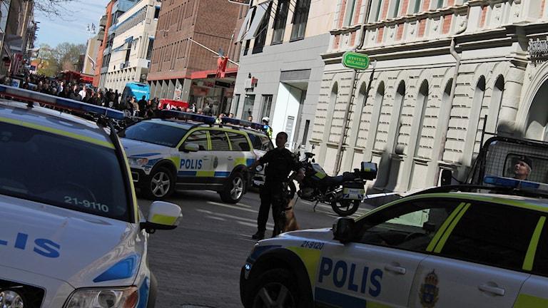 Polisens avspärrningar i korsningen mellan Bredgränd och Dragarbrunnsgatan i Uppsala.
