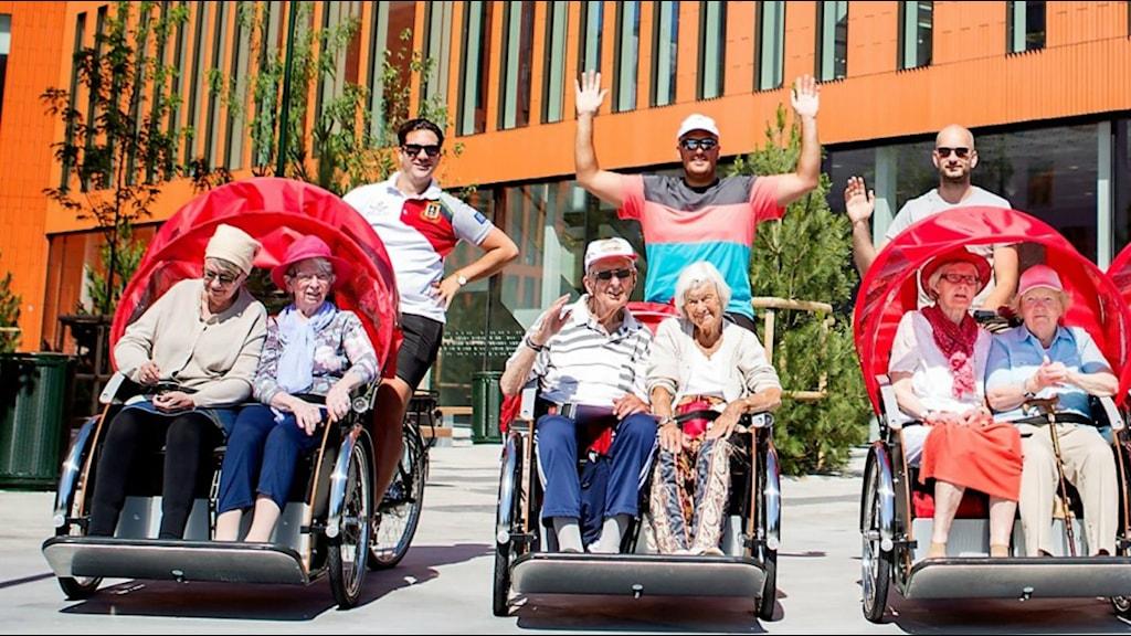 Äldre cyklar runt av volontärer.