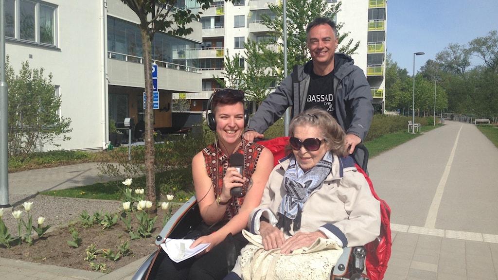 Gunilla Möller, Ole Kassow och Aila Stefansdotter-Franck åker lådcykel.