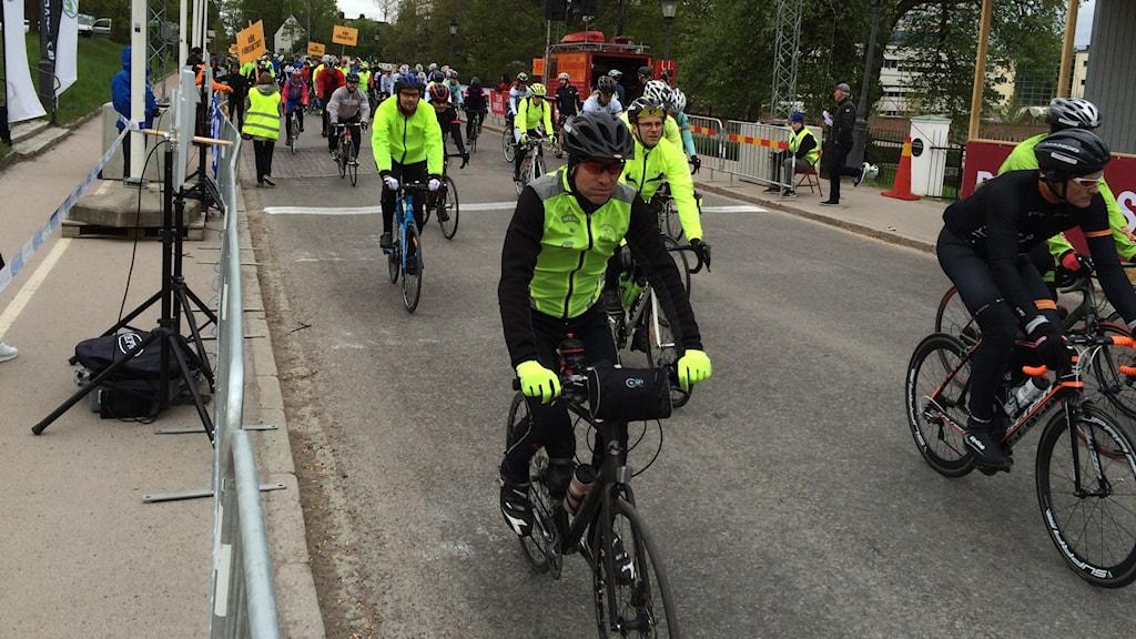 Cyklister vid startlinjen.