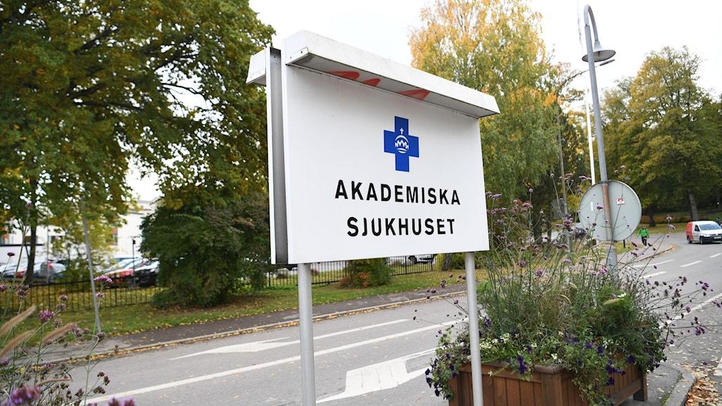 """Skylt med texten """"Akademiska sjukhuset""""."""