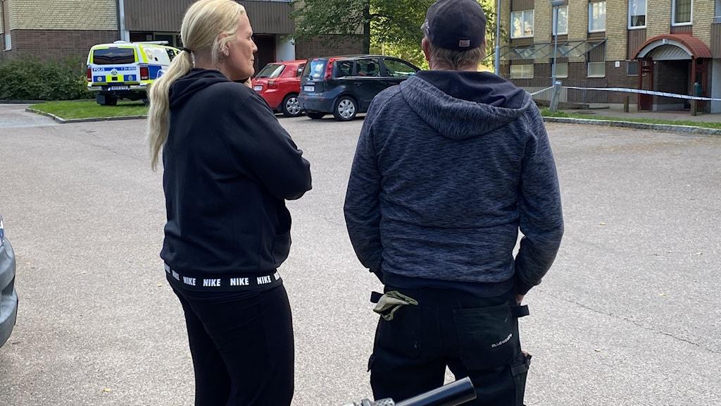 Två människor vänder ryggen mot kameran.