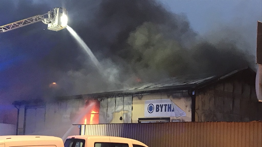 Brand i däckverkstad.