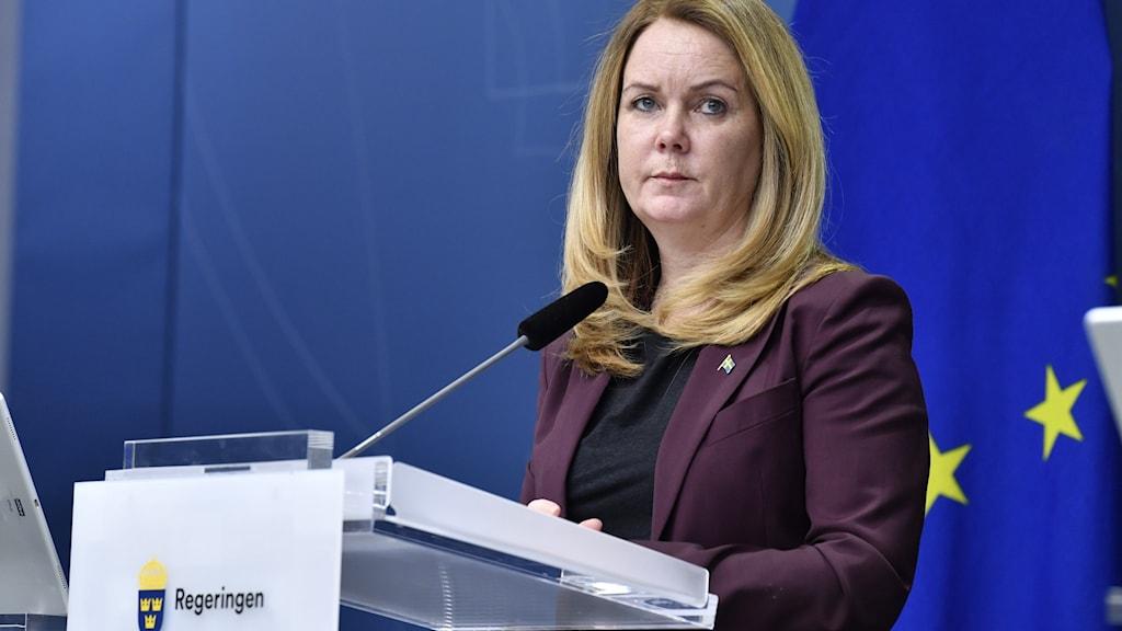 Kvinna står vid en mikrofon