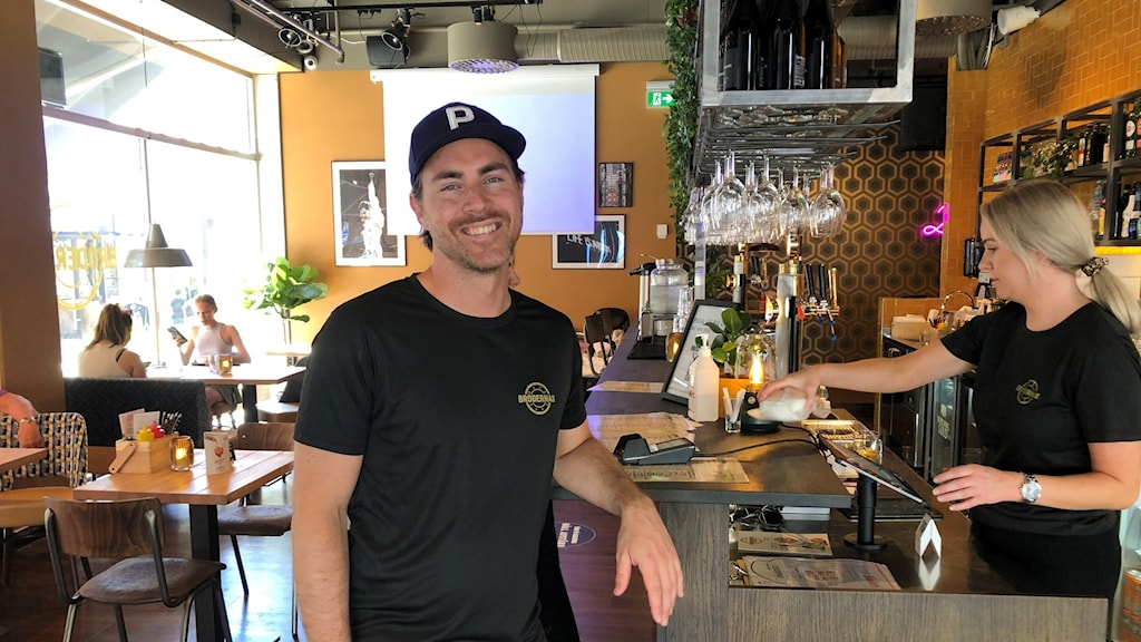 Viktor Hedin står i baren på restaurangen där han är chef.