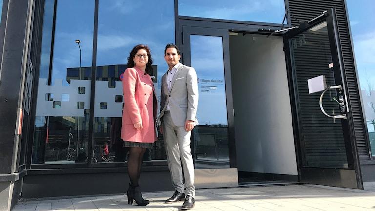 Regionrådet Vivianne Macdisi (S) och civliminister Ardalan Shekarabi när vårbudgeten presenterades i Uppsala