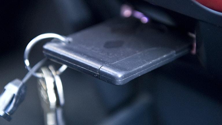En bilnyckel i en bil.