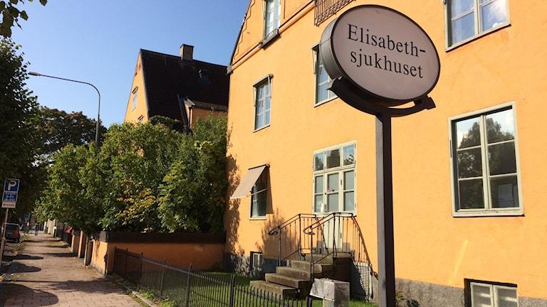 Elisabethsjukhuset kan ha fler än 20 patienter som vårdskadats efter deras höftoperationer.