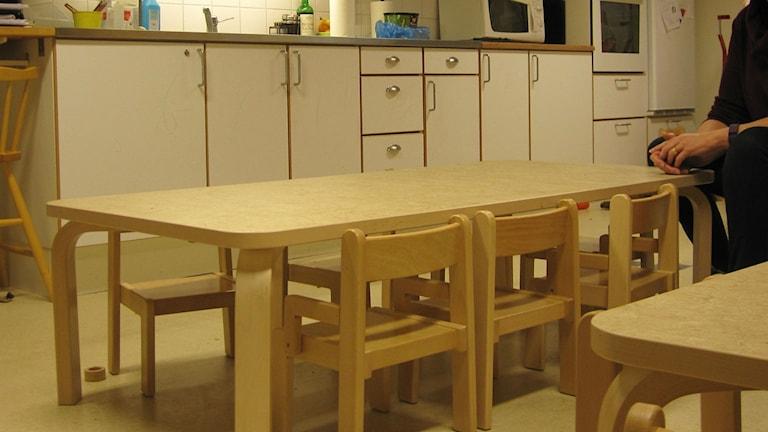 Låga bord på förskola Foto Martin Hult