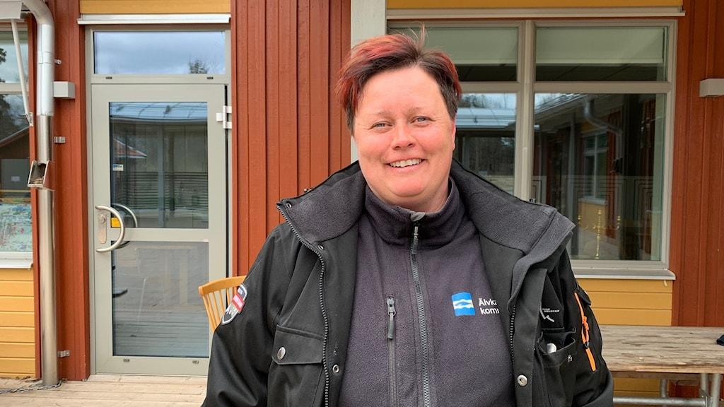 Anna Kniif står framför en faluröd fasad på Tallbackens förskola.
