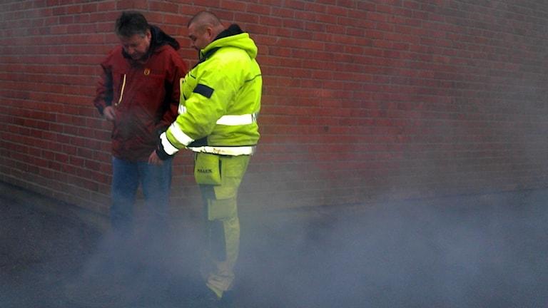 Avlopp kontrolleras av Roy Andersson och Håkan Lindberg i Östhammar.