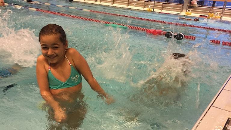 Tyra Gjörtz, 8 år på simskola