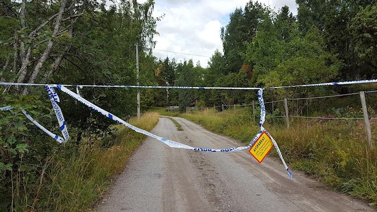 Avspärrningen vid huset utanför Enköping där en kvinna hittades död.