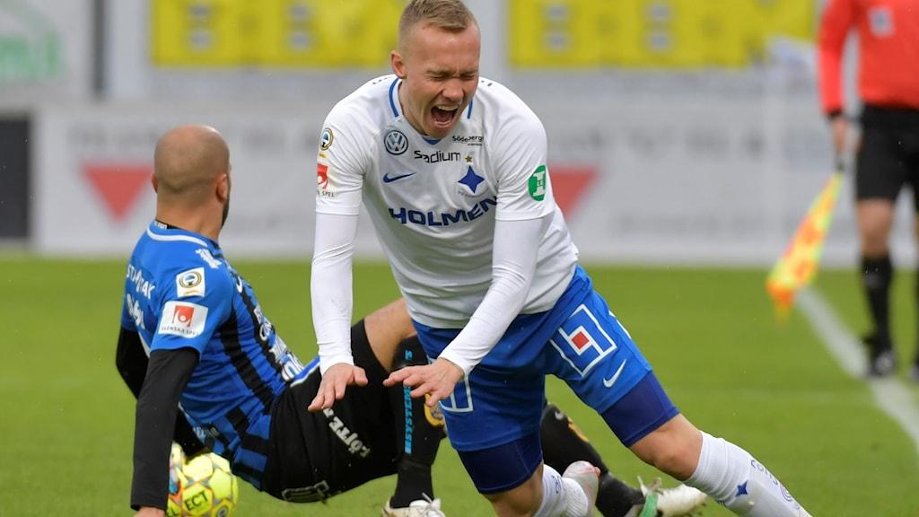 Sirius Karl Larson fäller Norrköpings Gudmundur Thorarinsson.