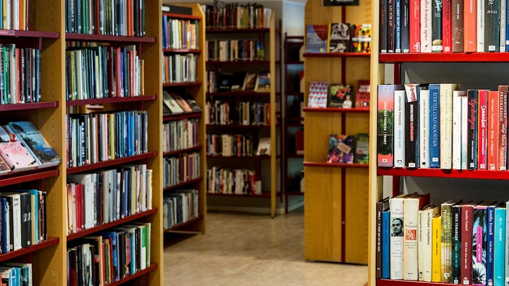 Böcker i ett bibliotek.