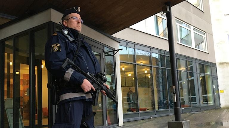 Förhöjd säkerhet kring presskonferens om Uppsalapolisens satsningar mot grov- och organiserad brottslighet, med anledning av gårdagens sprängning.