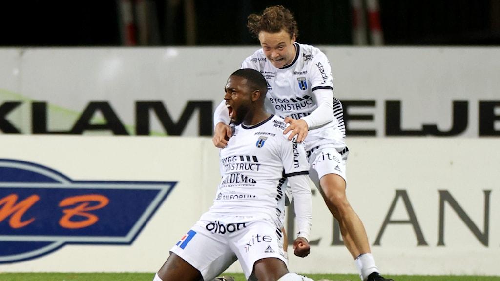 Sirius #9 Christian Kouakou jublar efter att han kvitterat till 1-1 under måndagens fotbollsmatch i allsvenskan mellan Halmstads BK och IK Sirius FK på Örjans Vall.