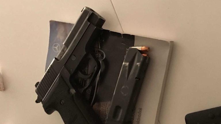 Polismannens tjänstepistol låg framme på köksbordet när han greps.