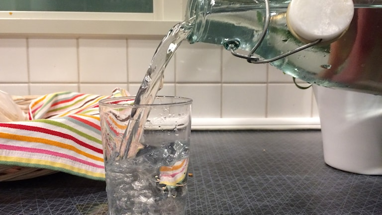 Dricksvatten hälls ur flaska.