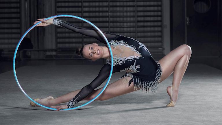 Petra Lindgren utövar rytmisk gymnastik.