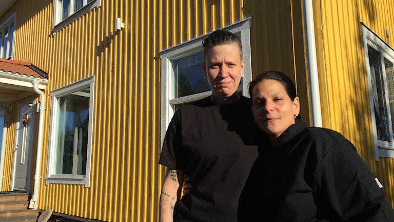 Anna-Karin Thor och Cindy Jensen utanför sitt jobb och hem, vägkrogen i Enköpings-Näs