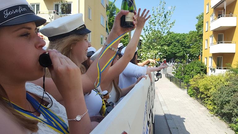 Josefin Wendin blåser i visselpipan. Foto: Mattias Persson/Sveriges Rasio