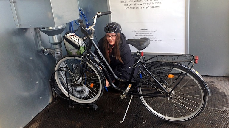 Uppsalabon Desirée passade på att fixa cykeln på väg till jobbet.