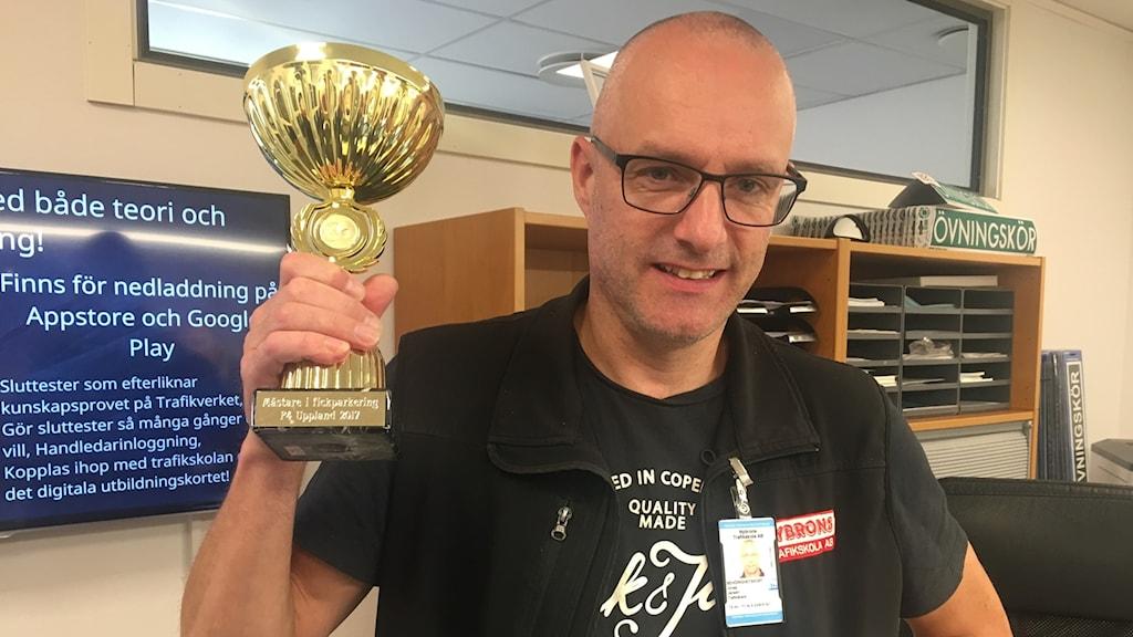 Jonas Jansén med vinnarpokalen från VM i fickparkering.