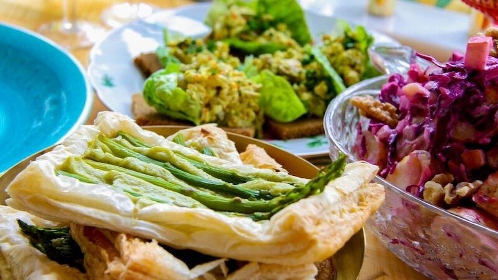 Vegetarisk gubbröra och smördegstarte med sparris. Foto: Isa Ekstam