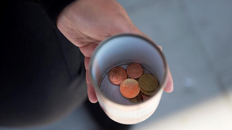 Mugg med mynt i, arkivbild.