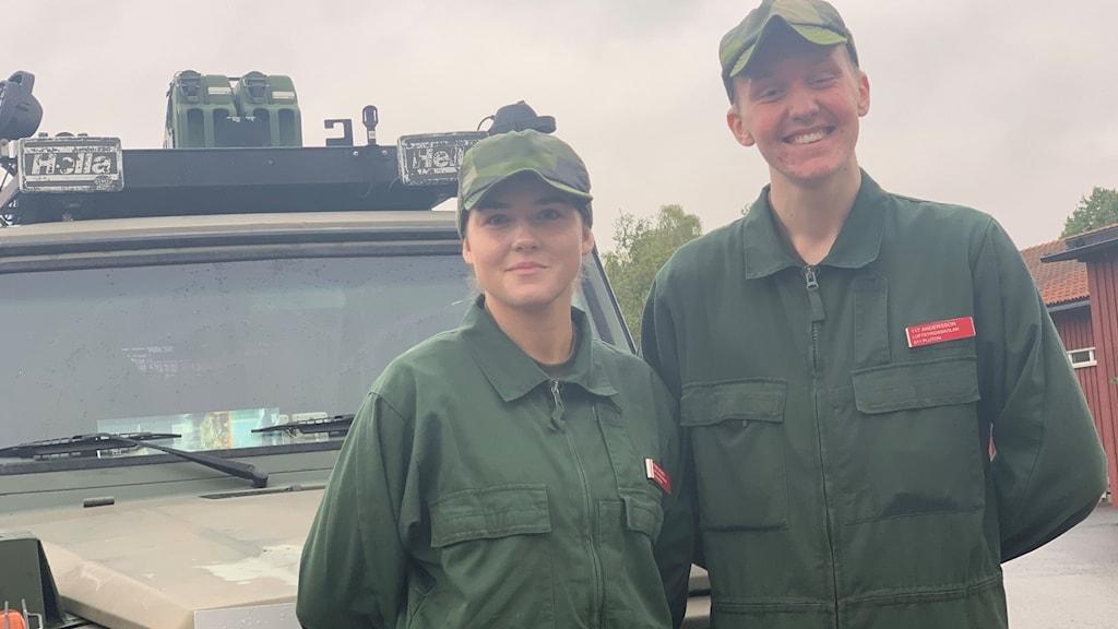 Soldaterna Lovisa De Jounge och Gabriel Andersson i gröna overaller.