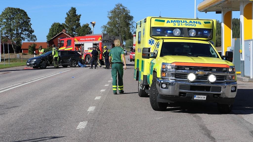 krockad bil, brandkår och ambulans