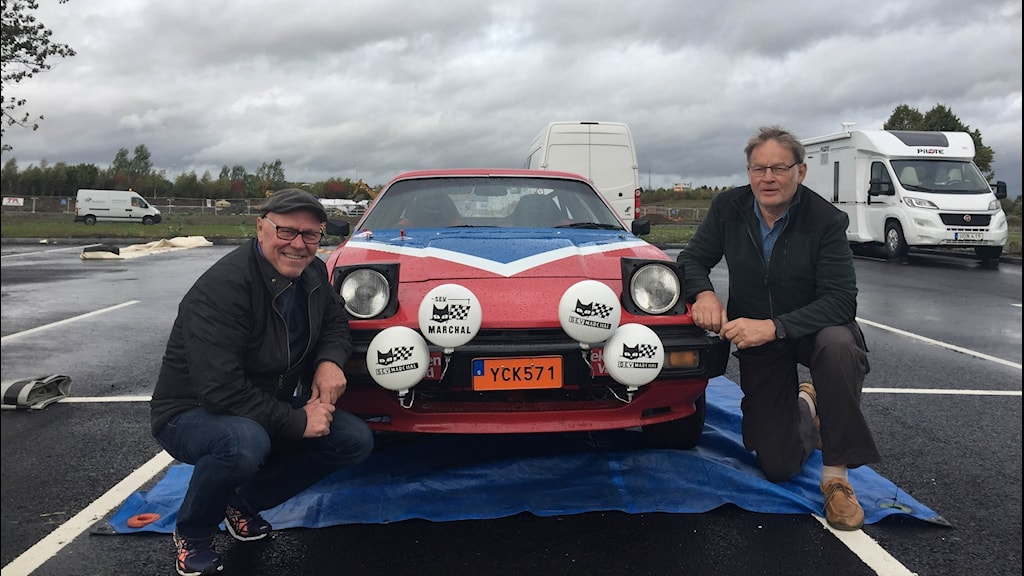 Rallyföraren Ruben Börjesson och kartläsaren Fred Calmerman framför deras rallybil.