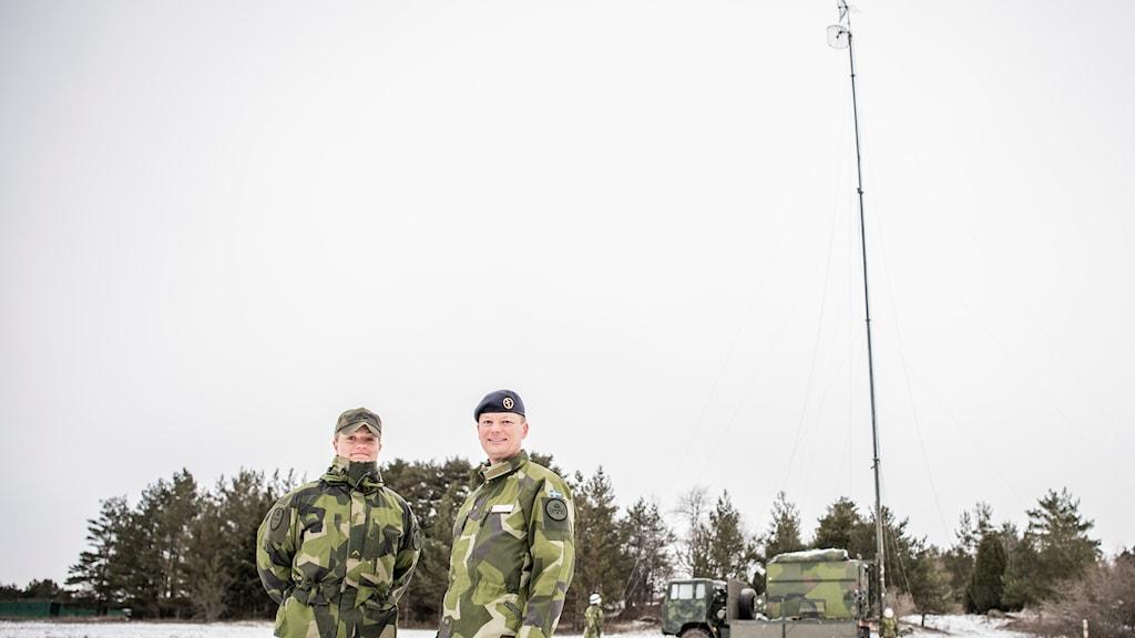 Vice korpral Louise Petré (TV) och överste Mattias Hanson (th) vid Ledningsregementet.