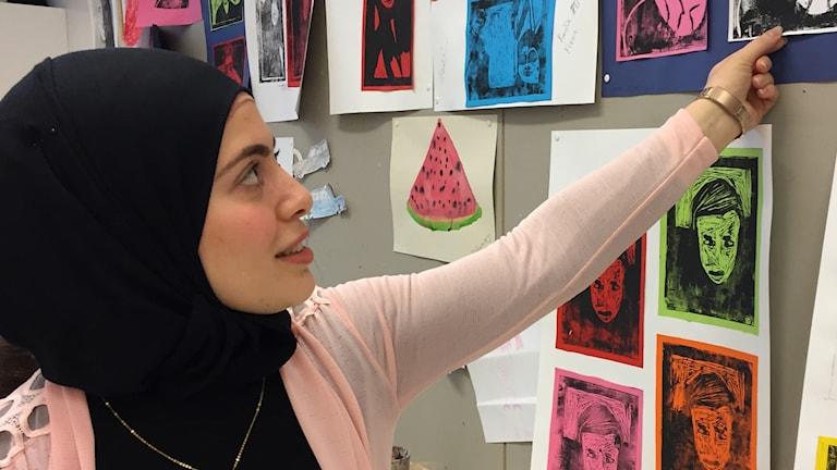 Under höstlovet driver Ghufran Alsaegh ett konstprojekt i Stenhagen, där hon lär barn tekniken bakom måleri.