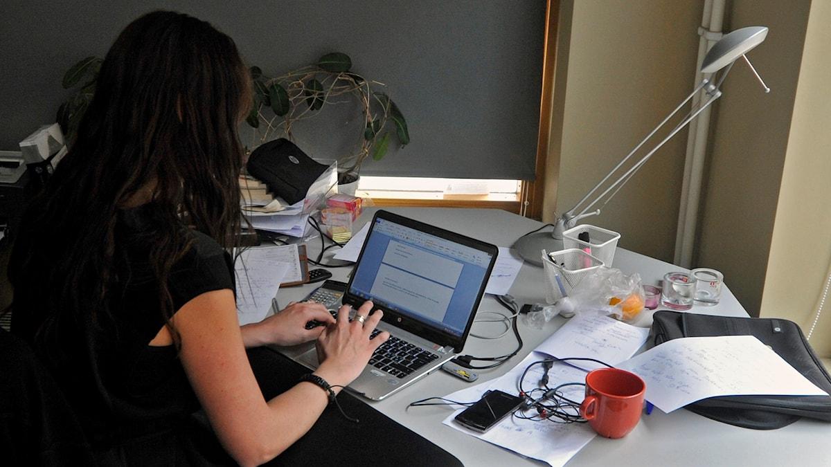kvinna på kontor