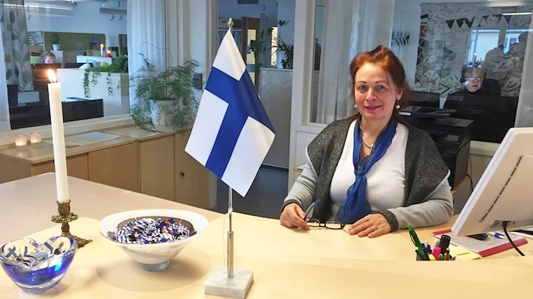 Brid Poppel med finlands flagga i receptionen på Östhammars kommun.