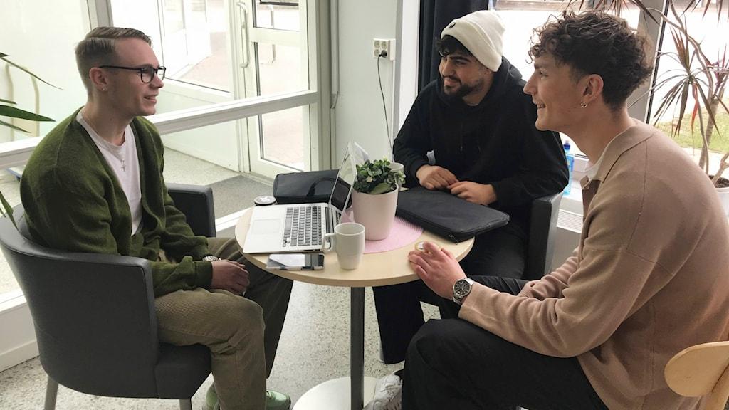 Tre 18-åriga killar sitter vid ett cafébord och pratar om att de vill göra lumpen.