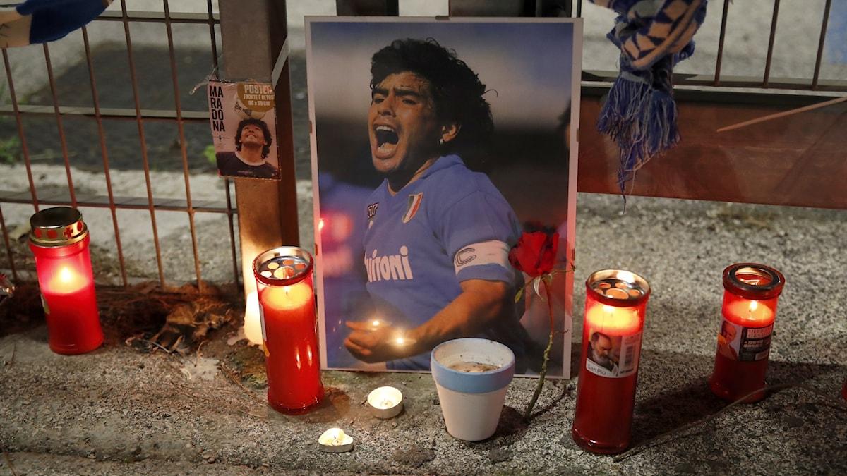 Ett foto av Diego Maradona omringat av levande ljus.