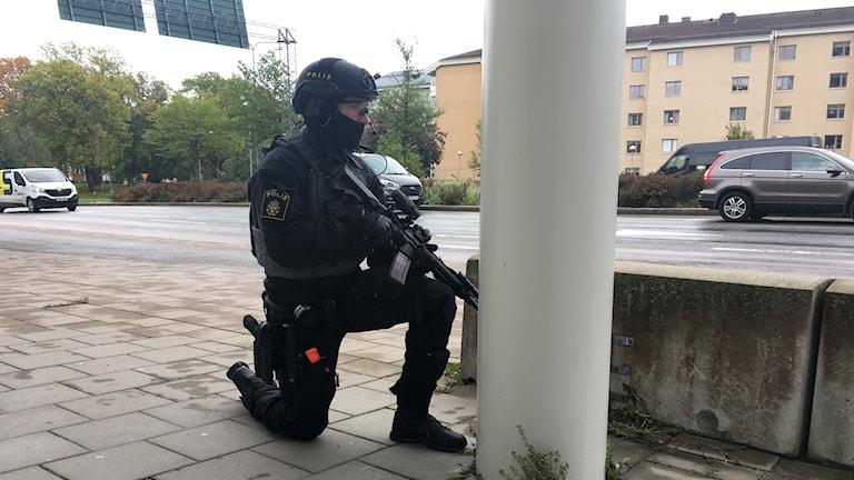 Runt polishuset syntes på tisdagsmorgonen poliser med automatvapen.