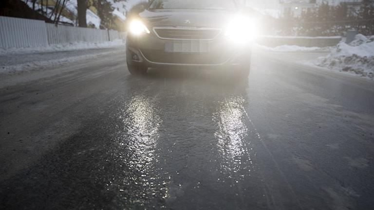 Regn i kombination med kalla vägbanor förväntas leda till ishalka under tisdagen (arkivbild)