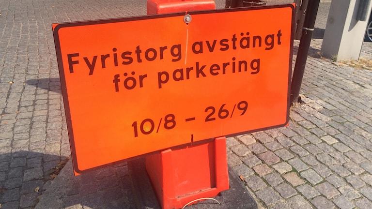 Texten är tvetydig men innebörden är att man inte ska parkera där.